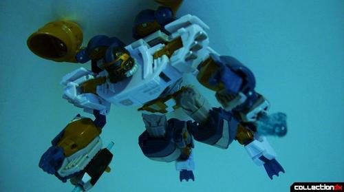 Voyager-class Autobot Sea Spray- dive mode posed _2_.JPG